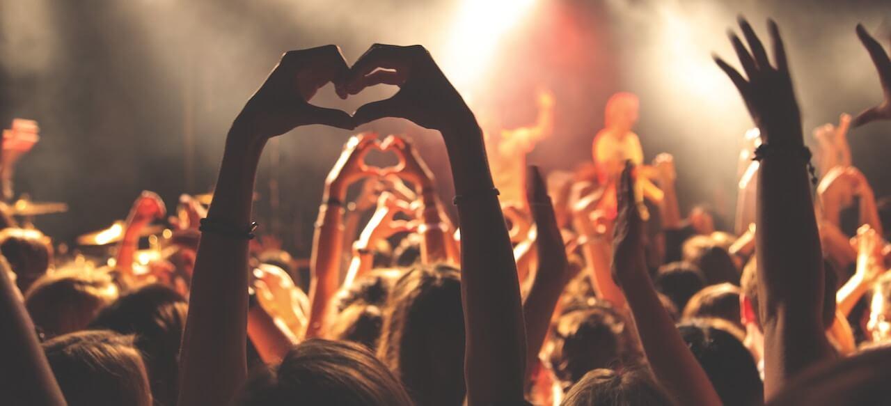 ロックバンドのライブの様子の画像