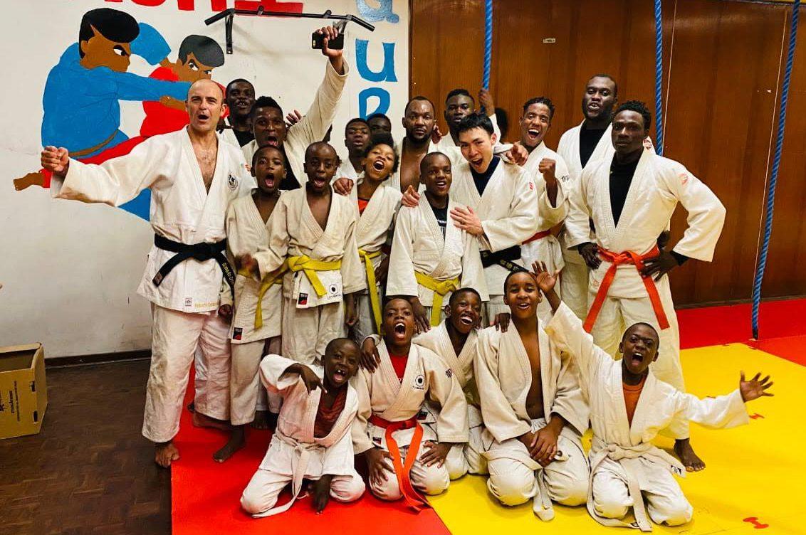 南アフリカで柔道を教える齋藤と子どもたち