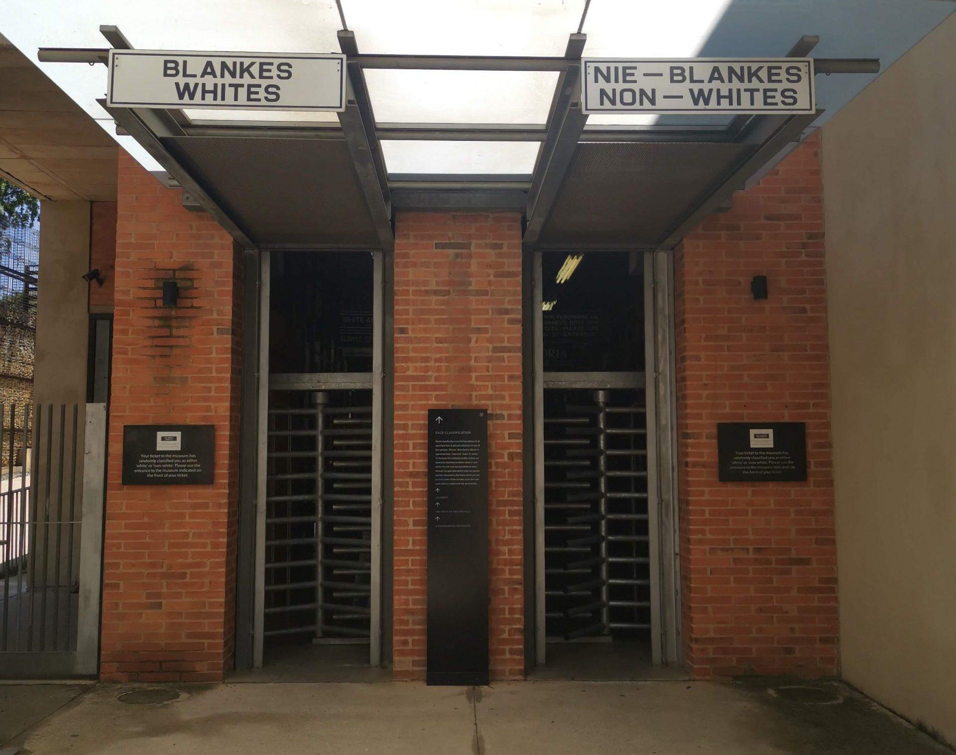 南アフリカのアパルトヘイト博物館の入り口の写真