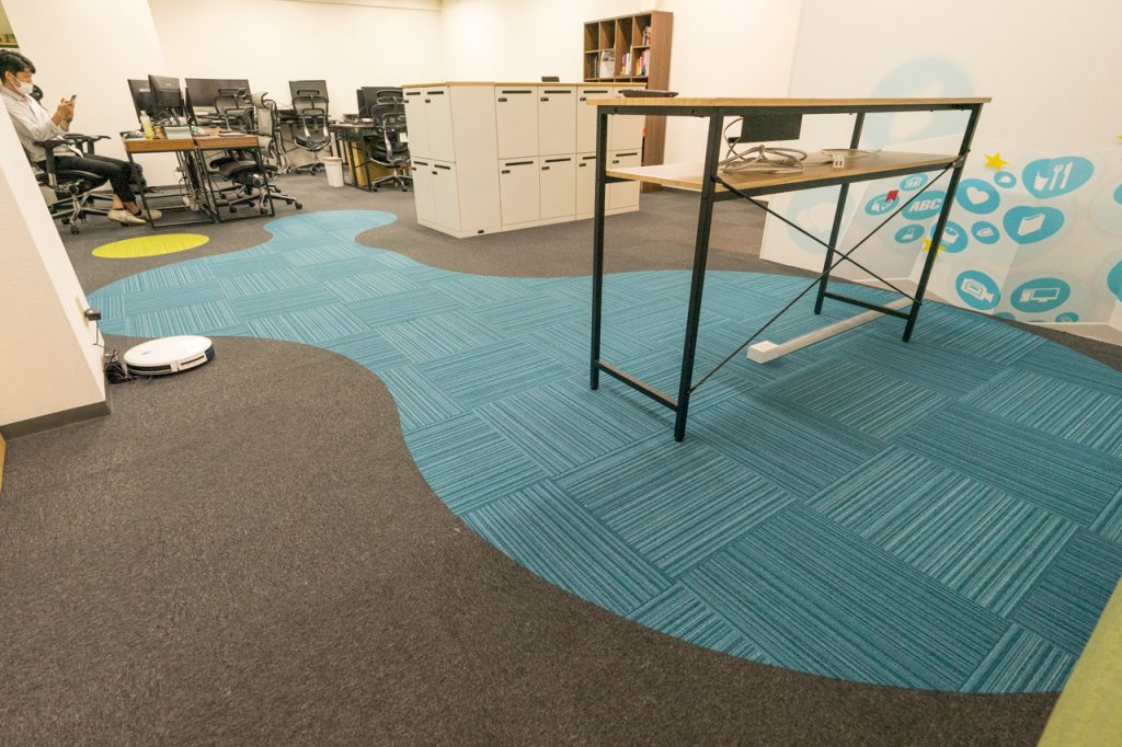 株式会社シェアウィズ大阪本社の床のカーペットのロゴマークの写真