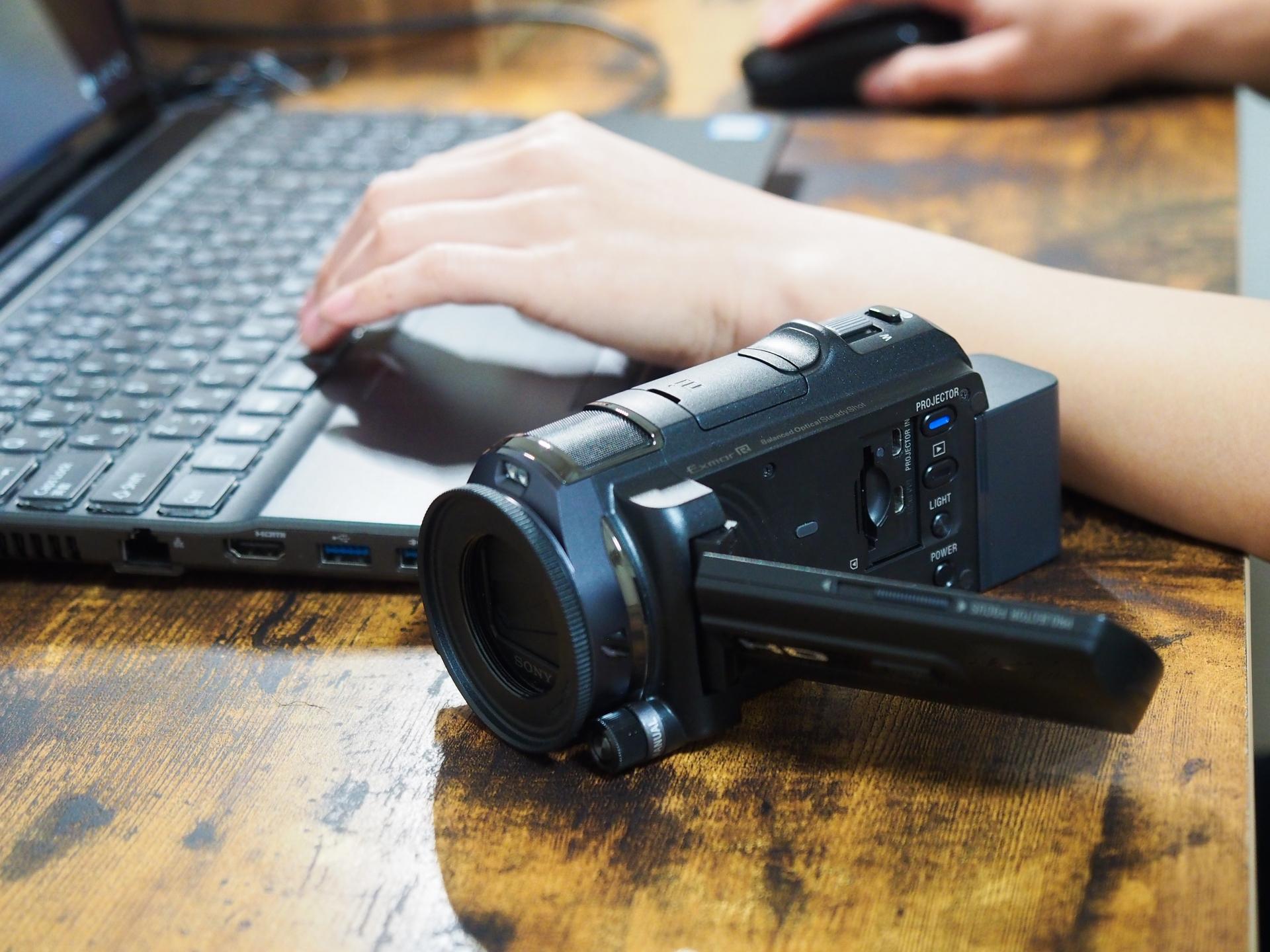 机の上に撮影用のビデオカメラを置いている写真