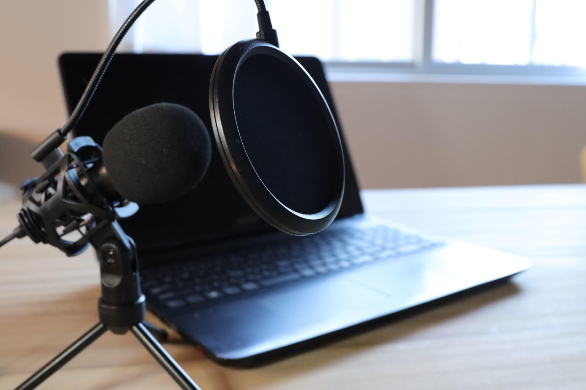 パソコンで音声を録音するときの機材の写真